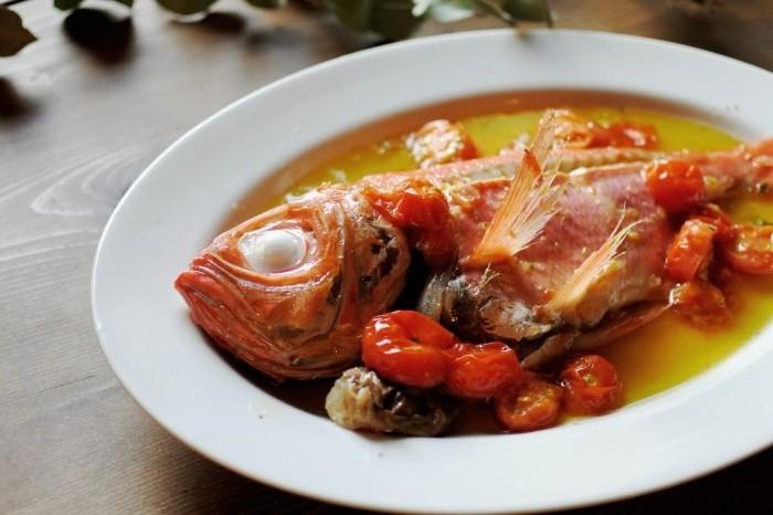 瀬戸内の新鮮な金目鯛を身がホロホロになるほど柔らかく煮こんだ「金目鯛のアクアパッツァ」