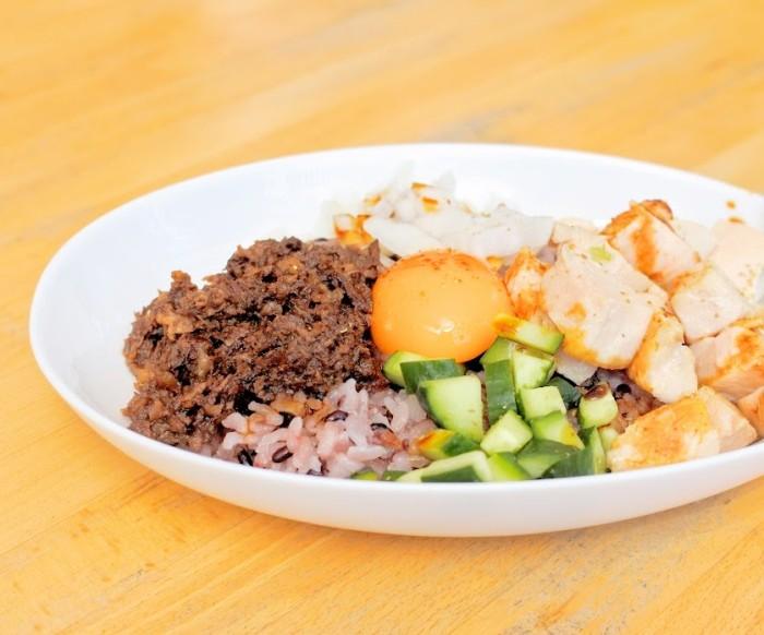 「ONI-HAN」秘密のケンミンSHOWなどに取り上げられた、勇太さんが京都時代に通い詰めた京都の老舗ラーメン店新福菜館さんの醤油ダレとそれに漬け込んだミンチを使ったご飯もの。無農薬黒米と玄米を混ぜたご飯、特製ミンチ、キュウリ、新タマネギ、鶏胸肉をよく混ぜて!