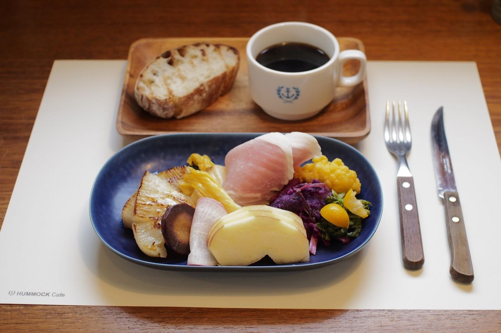 写真はたっぷりの季節野菜&フルーツ、自家製ハム、自然発酵種パン、コーヒーがセットになったヘルシーなモーニングメニュー「朝食プレート」。他に「ブレッドプレート」もあり。