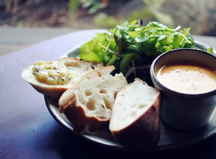 たっぷりサラダと、濃厚スープ。もっちり食感の天然酵母パンで見かけよりも満足感がありです